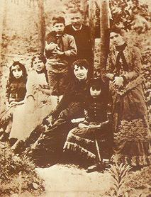 La familia Murguía Castro en el jardín de su casa en Padrón.